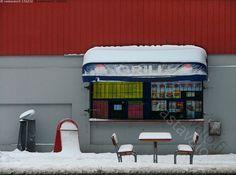 Hiljaiseloa - talvi grilli grillikioski kioski suljettu kadunvarsi helsinki lumisade lumipeite ulkokalusteet