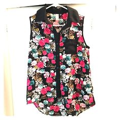 Black collared floral hi lo sleeveless blouse Unique staple! Will fit XS-S. Loose fit around the waist. No Boundaries Tops Blouses