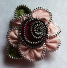 Pink and Cranberry Floral Brooch / Zipper Pin by ZipPinning 2860 by ZipPinning on Etsy Zipper Crafts, Zipper Jewelry, Pink Petals, Felt, Brooch, Jewels, Create, Floral, Diy