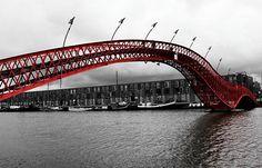 The Python Bridgein Amsterdam connects Sporenburg to Borneo Island. A modern design, it won the International Footbridge Award 2002.