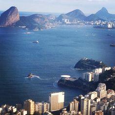 De Niterói vê-se o Rio em todo seu esplendor. Mesmo em dias nublados! E olha que lindo o Museu de Arte Contemporânea na ponta da pedra com vista privilegiada! #MAC #oscarniemeyer #rio2016 #olympicgames #brasil #instatravel #BalaiodeEstiloS