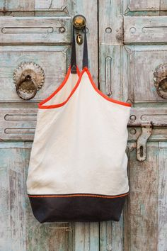 {LOVE} this leather strap tote by @Handmade Charlotte posted on @WeAllSew Blog