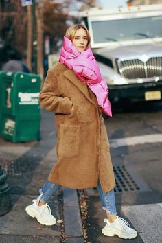 That puffer scarf keeps you warm and is so high fashion - wear with an equally oversize coat for full impact. Winter Fashion Outfits, Autumn Winter Fashion, Stylish Outfits, Winter Outfits, Winter Style, Fashion Wear, High Fashion, Cold Weather Fashion, Cold Weather Outfits