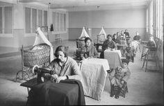 Mujeres trabajando con máquinas de coser empeñadas en el Monte de Piedad de la Madre de Dios de la Esperanza, en Barcelona (1926) photo by Josep Branguli Soler
