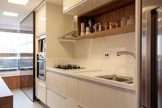 """4,661 curtidas, 26 comentários - Casa e Jardim (@casaejardim) no Instagram: """"#olhomágicocj #rcbarquitetura Nesta cozinha de apenas 12 m², projetamos uma marcenaria…"""""""