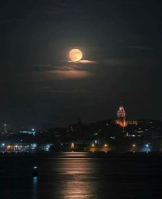 Full moon lighting Istanbul Photo by Moon Images, Moon Pictures, Moon Photography, Amazing Photography, Photography Ideas, Espanto, Voyager Loin, Moon Setting, Shoot The Moon