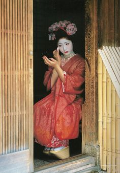 beautiful.... Maiko makeup ...look at those shoes!