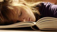 Vor dem Einschlafen lernen wir effektiver, Aufgeschriebenes behält man besser – heißt es. Stimmt das? Psychiater Manfred Spitzer erklärt, wie wir Dinge wirklich behalten.