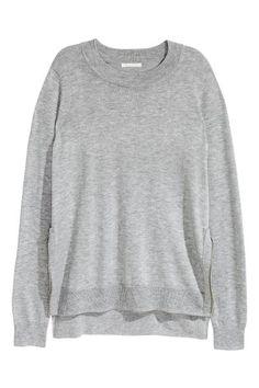 Cienki sweter: CONSCIOUS. Cienki sweter z domieszką wełny. Suwaki po bokach, ściągacz wokół szyi, rękawów i u dołu. Nieco dłuższy tył. Sweter wykonano częściowo z poliestru pochodzącego z recyklingu.