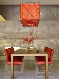 salle à manger moderne: chaises en cuir rouge et lustre assorti
