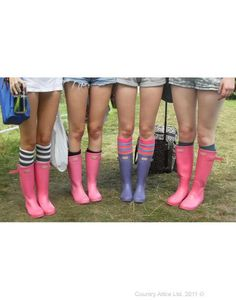 Group of lovely girls at V Festival all in their Hunters, who very kindly let me take a photo despite how odd it was asking! Oh and it was only 30 degrees in Chelmsford :P Welly Boots, Wellies Rain Boots, Hunter Wellies, Boot Socks, Hunter Boots, Festival Style, Festival Fashion, Ladies Wellies, Summer Outfits