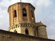 Torre del campanario contsruida en ladrillo sobre una iglesia románica. Almazán, Soria.