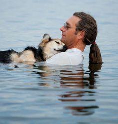 John Unger ha detto addio, dopo venti anni di vita insieme, al suo cane Schoep. Il legame speciale del pastore tedesco con l'amorevole padrone aveva commosso il mondo grazie ad uno scatto della fotografa Hannah Stonehouse Hudson. Schoep soffriva di un'artrite cronica progressiva che gli impediva di
