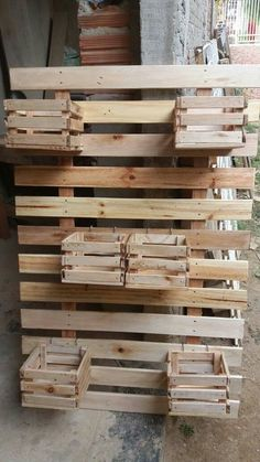 23 Clever DIY Christmas Decoration Ideas By Crafty Panda Iron Furniture, Pallet Furniture, Garden Furniture, Recycled Pallets, Wooden Pallets, Backyard Projects, Diy Pallet Projects, Small Balcony Decor, Vertical Garden Wall