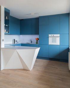 matt blaue grifflose Küchenfronten, weiße Arbeitsplatte und Rückwand