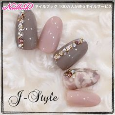 Here is a tutorial for an interesting Christmas nail art Silver glitter on a white background – a very elegant idea to welcome Christmas with style Decoration in a light garland for your Christmas nails Materials and tools needed: base… Continue Reading → Fabulous Nails, Gorgeous Nails, Love Nails, Pretty Nails, My Nails, Autumn Nails, Winter Nails, Japanese Nails, Manicure E Pedicure