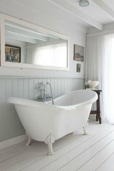 Lambris salle de bain blanche et baignoire sabot