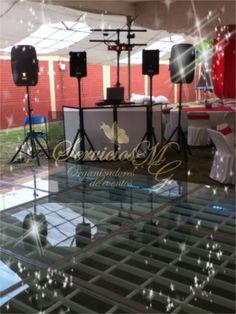 Sugerimos siempre colocar el Audio enfrente de la pista, el DJ estará cercano a los bailadores y esto hará más ambiente en tu Fiesta