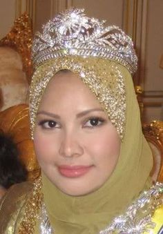 The Gandik Diraja or Royal Tiara is the head-dress of Her Majesty Seri Paduka Baginda Raja Permaisuri Agong. It is made of platinum and encrusted with diamonds in the traditional 'awan larat' motif. A crescent and a star (Islamic symbols) made of platinum are set in the centre of the tiara. The tiara is specially designed so that it can be taken apart to form a locket and brooches. The diamond and platinum tiara is made by Garrard.