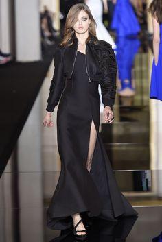 Atelier Versace Couture Spring 2015 -  Lindsey Winxson- robe noir ouverte jusqu'en haut des cuisses avec manteau bombée