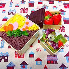 おはようございます!(*^^*) スィーツとか何も出来ないので、ちょっとだけ、お弁当をバレンタイン仕様に…て…冷静に見たら…やめときゃ良かったかなσ(^_^;)…因みに、お弁当箱はチョコレート型(๐॔˃̶艸˂̶๐॓)です!←by100均!  今日のお弁当⊚⃝⸜(ू´•͈ω•͈⑅) そぼろ丼(自分の実家ではお肉のそぼろと言えば、牛ひき肉に塩胡椒を効かせた甘くないものでした。卵も塩味…なので大人になるまで、そぼろは甘辛い味付けて知りませんでした! )実家仕様のお肉と卵のそぼろ.にんじんとハムの添え.菜の花のお浸し.サラダ.イチゴ - 219件のもぐもぐ - そぼろ丼弁当… Valentine ver. by jujulie