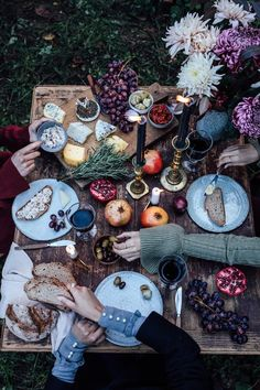 Gluten-free Cinnamon Rolls & a Magical Photoshoot for Mint & Berry - Celebration & Decoration - Picknick Comida Picnic, Gluten Free Cinnamon Rolls, Elsie De Wolfe, Mint And Berry, Berry Berry, Fall Table Settings, Autumn Table, Family Picnic, Sans Gluten