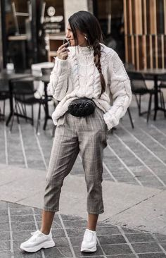 30 Amazing Outfits For Sweater Weather Days casual outfit inspiration_white sweater + waist bag + grey pants + sneakers Cute Winter Outfits, Casual Winter, Fall Outfits, Casual Outfits, Fresh Outfits, Winter Outfits 2019, Casual Dresses, Ladies Outfits, Black Outfits