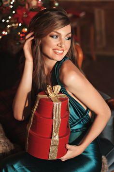 Christmas with Friends Christmas Dress Women, Christmas Fashion, Christmas Girls, Christmas Portraits, Christmas Photos, Merry Christmas, Christmas Time, Christmas Ideas, Ny Fashion