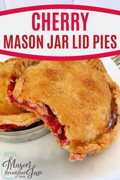 Looking for a delicious, easy, quick dessert? This cherry pie mason jar dessert is the perfect single-serving treat for any day of the week. Mason Jar Pies, Mason Jar Lunch, Mason Jar Desserts, Mason Jar Meals, Meals In A Jar, Mason Jar Breakfast, Dessert In A Jar, Cherry Desserts, Pie Crusts