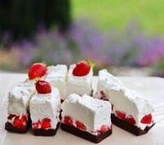 "303 To se mi líbí, 4 komentářů – Lenka Lojdová 🇨🇿 (@lenka_lojdova) na Instagramu: ""LEHKÝ JAHODOVÝ DEZERT🍓  Venku to zatím na léto moc nevypadá, ale já už letní náladu chytám a když…"" Cheesecake, Food, Meal, Cheesecakes, Essen, Hoods, Meals, Eten, Cheesecake Pie"