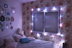 Vamos te mostrar agora como é fácil deixar um quarto descolado, bonito e o melhor de tudo, decorando com pisca-pisca de natal