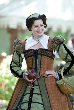 Bristol faire love the colors! Elizabethan Clothing, Elizabethan Costume, Elizabethan Fashion, Elizabethan Era, Medieval Clothing, Mode Renaissance, Renaissance Fair Costume, Renaissance Dresses, Renaissance Fashion