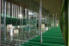 Construida con tubos de plástico reciclado pintados de color verde.