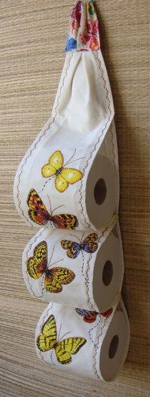 Porta papel higiênico em algodão cru, decorado com aplicações .  Cabem 3 rolos de papel higiênico.  Ideal para colocar no lavabo ou banheiro.  Medidas aproximadas: A= 60 cm L = 14 cm