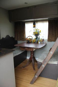 great idea for a table in a vintage camper via the winnebago diaries.a table like this would look grrrrreat in Lucille! Rv Living, Tiny Living, Vintage Rv, Vintage Campers, Retro Campers, Vintage Caravans, Rv Makeover, Camper Interior, Interior Design