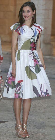 La Reina Letizia estrenó un vestido de Juan Vidal para la recepción en el…