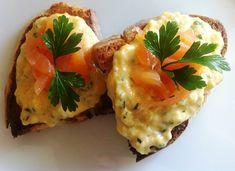 Per un aperitivo sfizioso, #crostini di pane integrale con uova strapazzate e fettine di #salmone #affumicato :)