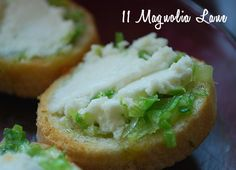 Goat cheese and scallion crostini recipe:  a 4 ingredient, 5 minute goat cheese appetizer that tastes amazing-- seriously, your guests will never know!