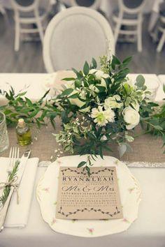 centre de table lin de couleur beige, fleurs sur la table mariage, décoration mariage