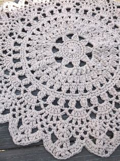 Brown Dark Linen Jute or Tan Crochet Doily Rug por byCamilleDesigns