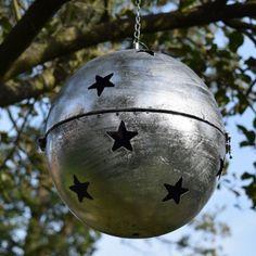 Tuindeco Bal Sterren - Prachtige veelzijdige tuindecoratie bal om met de feestdagen écht iets unieks in de tuin te hebben.
