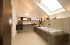 badezimmer-dachschräge fenster beige großformatige bodenfliesen beige wandfarbe badewanne