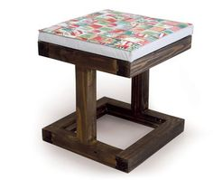 Banco de 1 lugar fabricado com ripas de palets descartáveis. Possui assento em almofada com revestimento de caixinhas Tetra Pak. Medidas:0,45x0,45x0,50m
