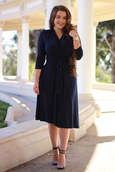 Happy Sunday beauties! Our Lindsey dress in navy is going fast! Don't miss out on it!