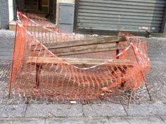 Vomero, via Luca Giordano, altezza civico 96: e se al posto della panchina, prima rotta e poi scomparsa, nei prossimi giorni venisse collocato l'ennesimo gazebo con sedie e tavolini? #vigilanzazero #notteneravomero #valoricollinari