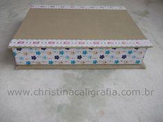 Caixa feita em cartonagem revestida com tecido.