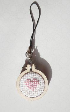 Bijoux de sac cœur rose en point de croix et tambour en bois.