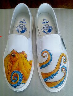 Octo shoes - new color by dannyPs-customs on DeviantArt awesome work and a stunning octopus, probably wouldnt wear them cuz i am too afraid to mess them up Custom Painted Shoes, Painted Vans, Painted Canvas Shoes, Painted Clothes, Hand Painted Shoes, Custom Vans, Custom Shoes, Painted Sneakers, Jeans Tumblr