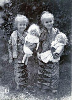 Cute Photos, Old Photos, Vintage Photographs, Vintage Photos, Dutch East Indies, In Ancient Times, Batik Kebaya, Vintage Beauty, Historical Photos