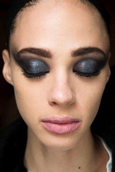 En esta temporada de fall 18, los diseñadores no solo nos enamoraron con sus últimas colecciones para el otoño sino también con las opciones de color que decidieron usar para el maquillaje de las modelos. Usualmente en esta época se ven sombras y lipsticks oscuros …